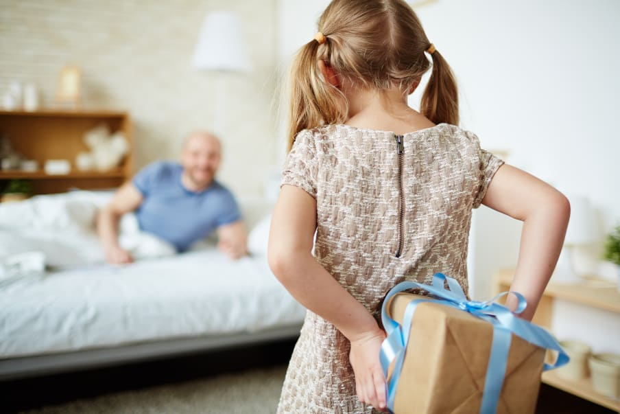 Lille pige der kommer med en gave til sin far