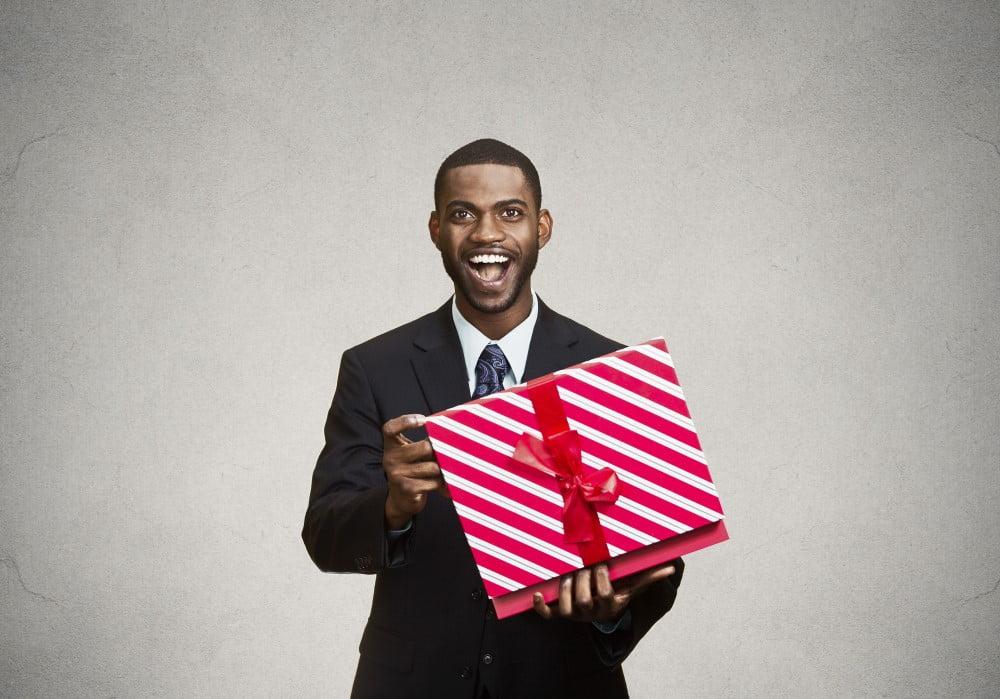 Mand med gave der er flot pakket ind