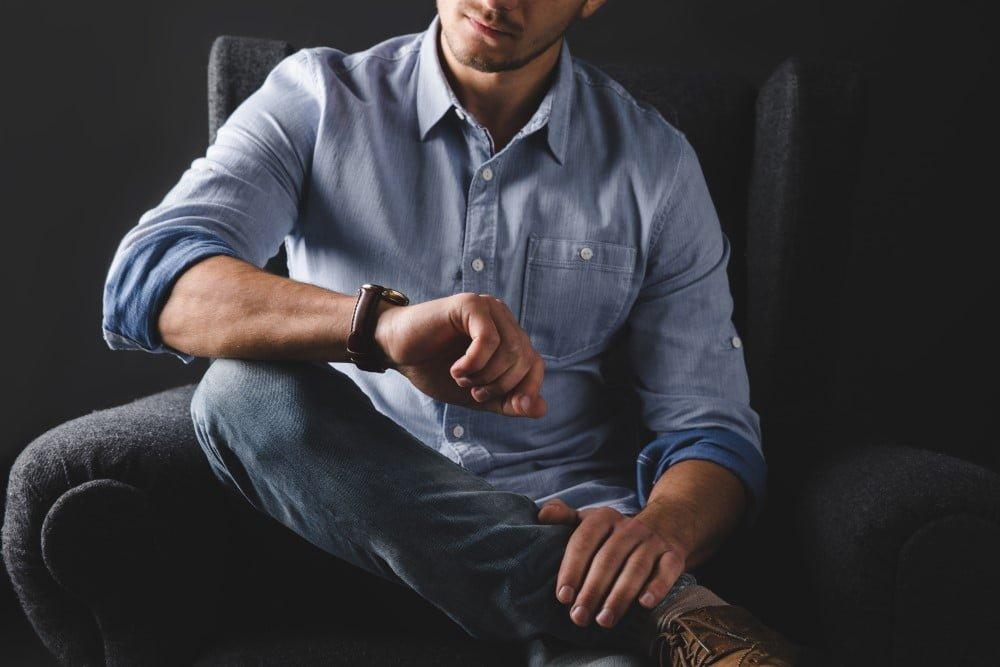 Mand der kigger på sit ur
