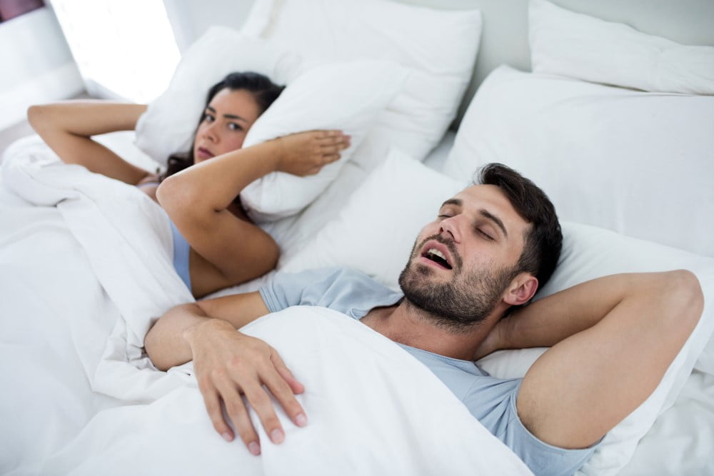 Kvinde der ikke kan sove for sin snorkende mand