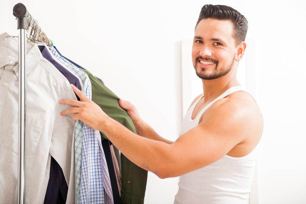 Mand der vælger tøj